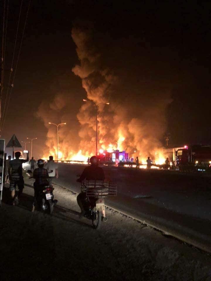 Tai nạn thảm khốc: Xe bồn chở xăng bốc cháy lan vào nhà dân lúc rạng sáng, ít nhất 6 người tử vong  - Ảnh 2