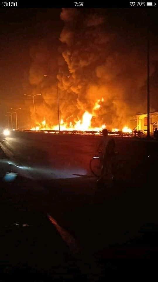 Tai nạn thảm khốc: Xe bồn chở xăng bốc cháy lan vào nhà dân lúc rạng sáng, ít nhất 6 người tử vong  - Ảnh 1