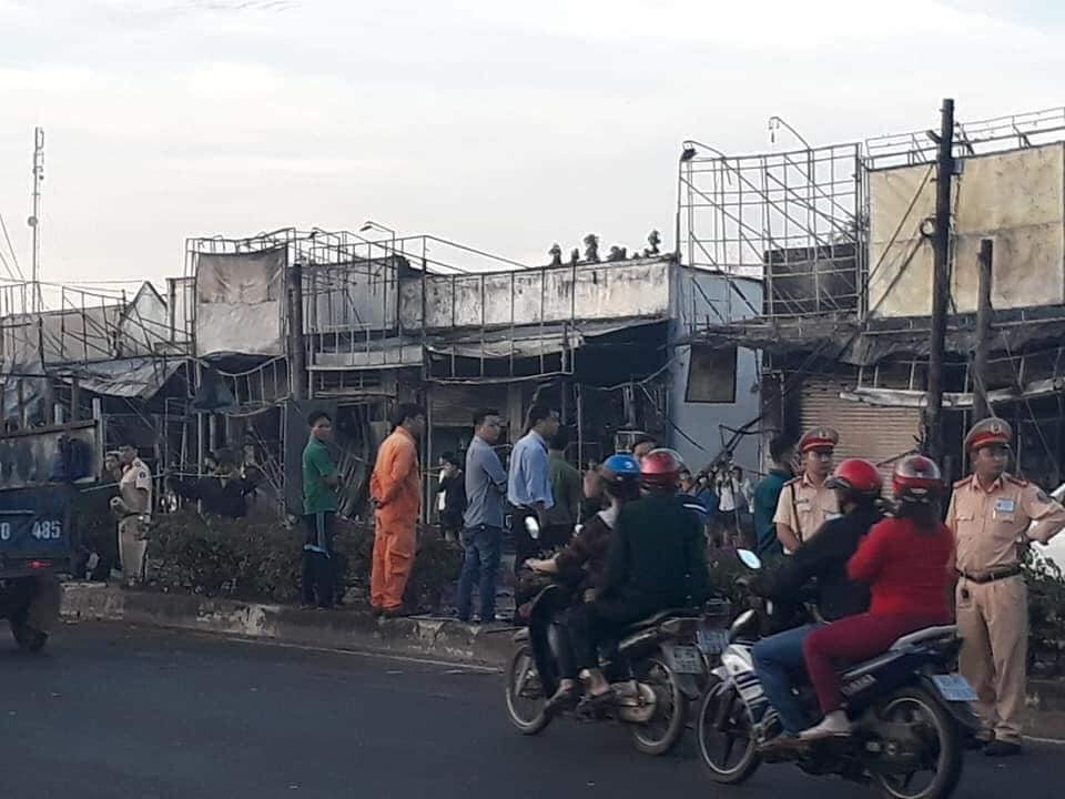 Tai nạn thảm khốc: Xe bồn chở xăng bốc cháy lan vào nhà dân lúc rạng sáng, ít nhất 6 người tử vong  - Ảnh 5