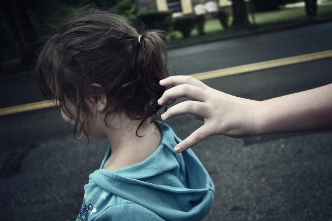 Cha mẹ cứ làm điều này bảo sao con không tự mình xử lý được khi gặp người lạ - Ảnh 1