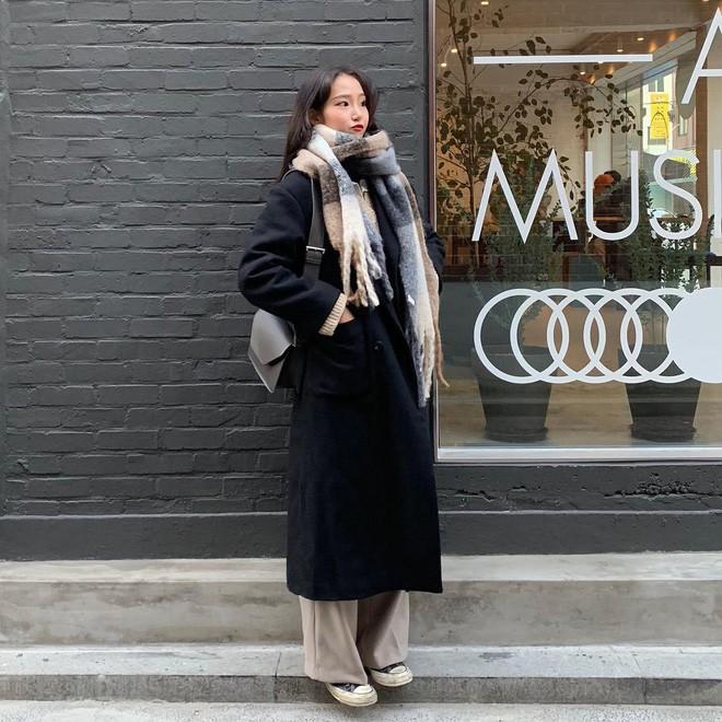 Không cần mua nhiều quần áo, bạn có thể mặc lại vài set đồ 'ruột' mà vẫn trendy như mới nhờ 4 chiêu sau - Ảnh 7