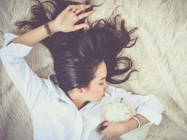 Muốn có mái tóc luôn suôn thẳng, vào nếp buổi sáng thì con gái đừng bỏ qua những mẹo này - Ảnh 2