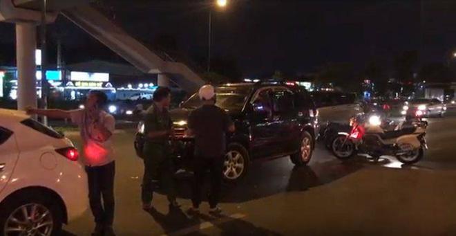 Nữ tài xế say xỉn lái ô tô gây tai nạn rồi cố thủ, định bỏ chạy ở Sài Gòn - Ảnh 1