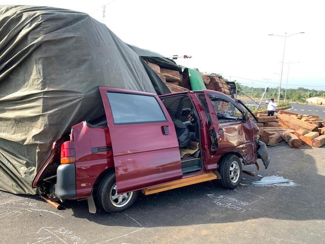 Xe container chở gỗ lật ngửa trên đường, một người bị thương - Ảnh 1