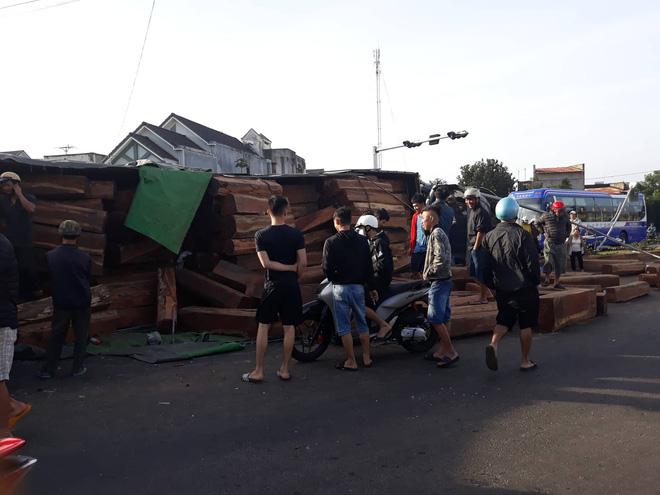 Xe container chở gỗ lật ngửa trên đường, một người bị thương - Ảnh 2
