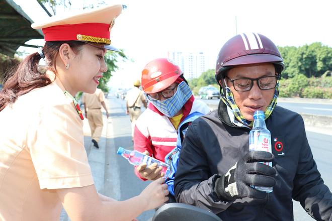 CSGT TPHCM phát nước miễn phí cho người dân đi trên quốc lộ 1 về quê ăn Tết - Ảnh 2