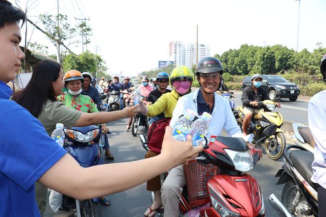 CSGT TPHCM phát nước miễn phí cho người dân đi trên quốc lộ 1 về quê ăn Tết - Ảnh 10