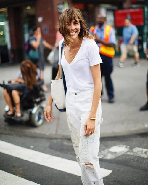 Gợi ý mặc đẹp với áo thun trắng trong mùa nồm ẩm - Ảnh 1