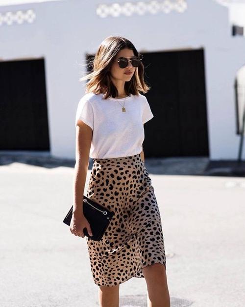 Gợi ý mặc đẹp với áo thun trắng trong mùa nồm ẩm - Ảnh 2