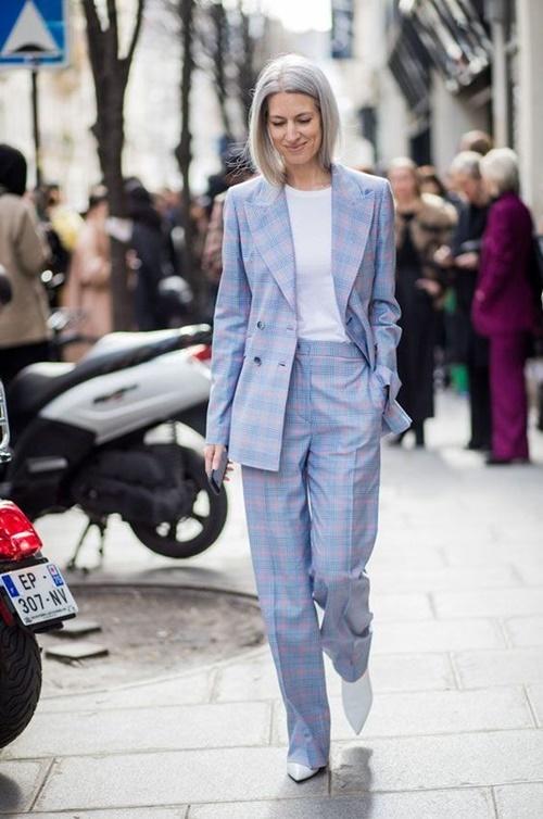 Gợi ý mặc đẹp với áo thun trắng trong mùa nồm ẩm - Ảnh 4