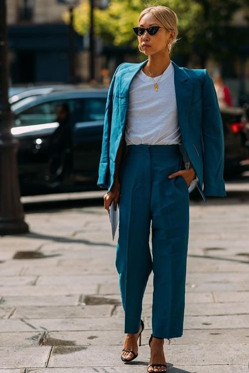 Gợi ý mặc đẹp với áo thun trắng trong mùa nồm ẩm - Ảnh 5