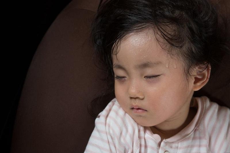 Mách mẹ tuyệt chiêu trị bệnh ra mồ hôi trộm ở trẻ khi ngủ - Ảnh 1