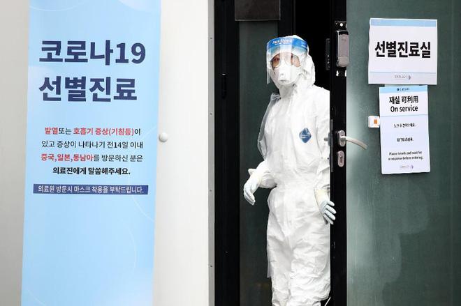 Hàn Quốc: Thêm 1 người tử vong, số người nhiễm virus corona tăng hơn gấp đôi chỉ sau 1 ngày nhưng dân Seoul vẫn bất chấp đi biểu tình - Ảnh 1