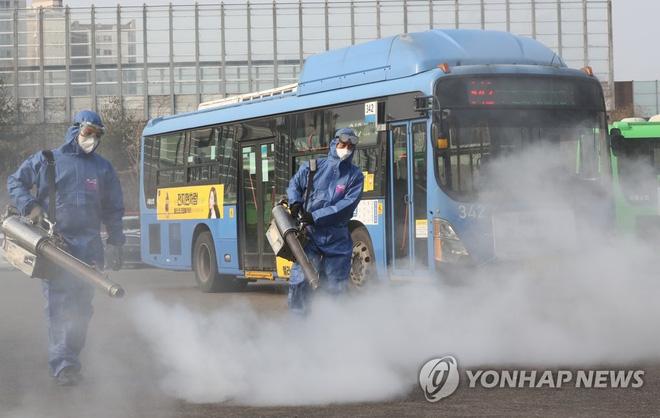 Hàn Quốc: Thêm 1 người tử vong, số người nhiễm virus corona tăng hơn gấp đôi chỉ sau 1 ngày nhưng dân Seoul vẫn bất chấp đi biểu tình - Ảnh 2