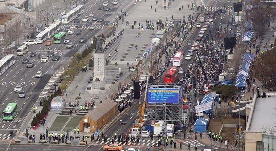 Hàn Quốc: Thêm 1 người tử vong, số người nhiễm virus corona tăng hơn gấp đôi chỉ sau 1 ngày nhưng dân Seoul vẫn bất chấp đi biểu tình - Ảnh 3