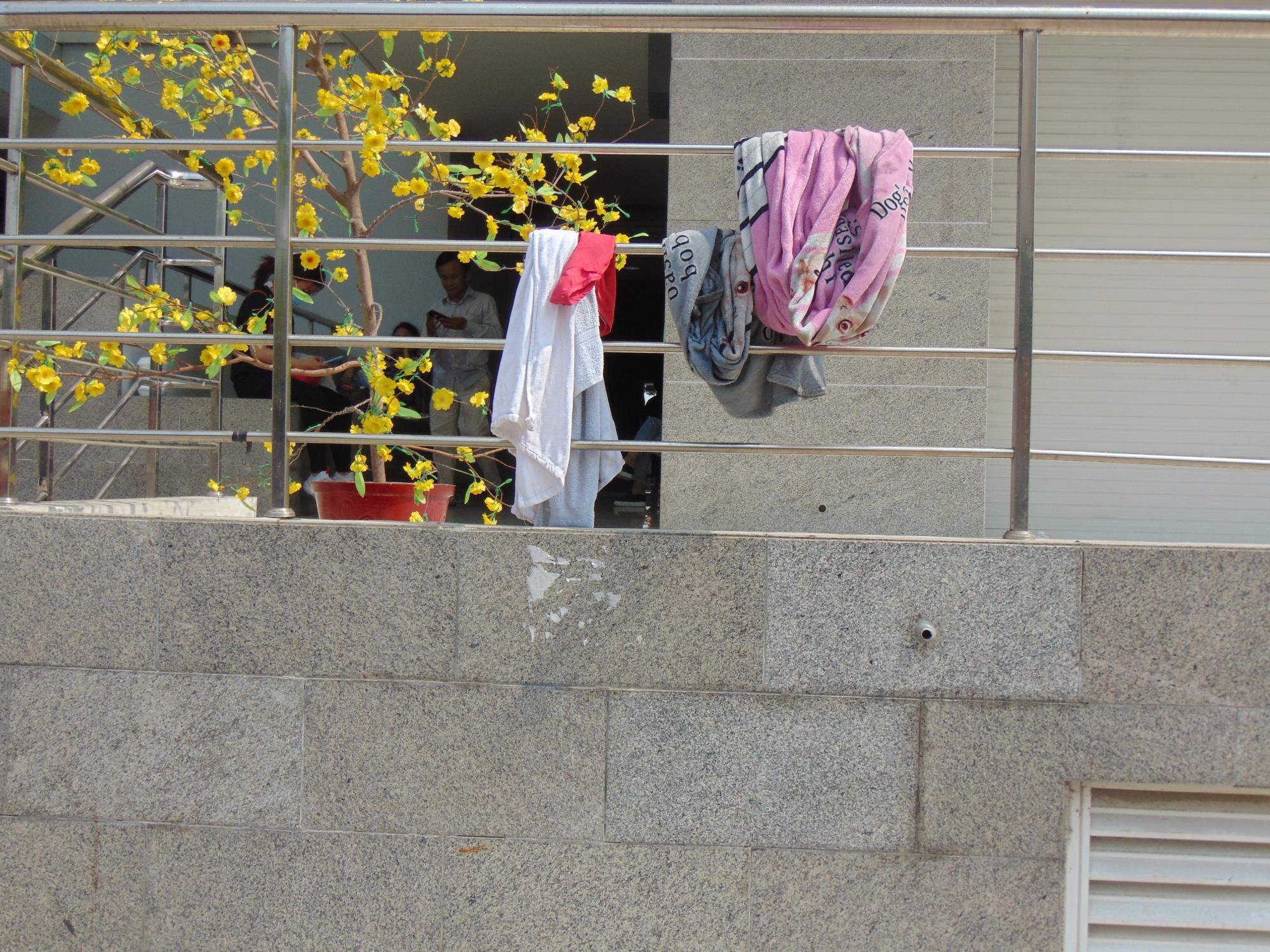 Người sống sót trong vụ cháy chung cư Carina: 'Thà chết trong phòng có đầy đủ vợ chồng còn hơn mất xác ngoài hành lang' - Ảnh 4