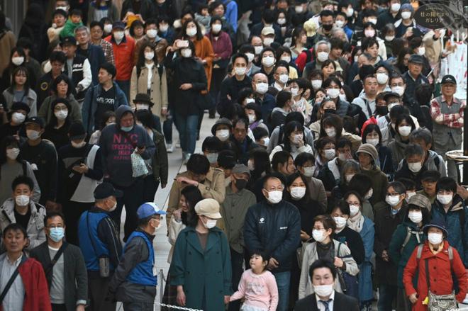 Bất chấp chính quyền kêu gọi 'ở nhà', hàng chục nghìn người Nhật Bản vẫn xếp hàng đi xem ngọn đuốc Olympic giữa mùa dịch Covid-19 - Ảnh 1