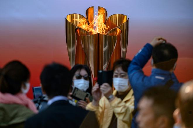 Bất chấp chính quyền kêu gọi 'ở nhà', hàng chục nghìn người Nhật Bản vẫn xếp hàng đi xem ngọn đuốc Olympic giữa mùa dịch Covid-19 - Ảnh 2