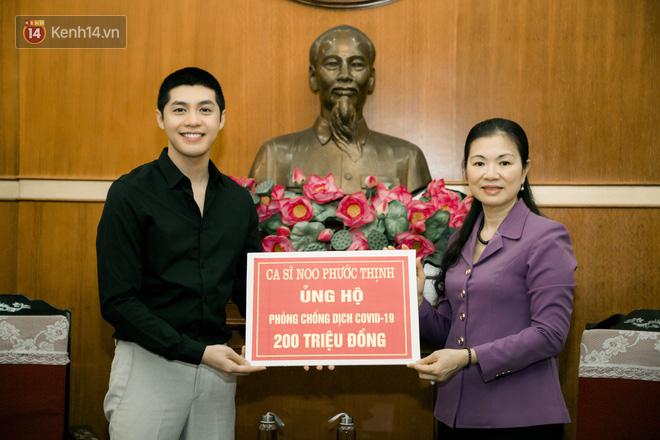 Noo Phước Thịnh trao 300 triệu đồng quyên góp phòng chống Covid-19 và hạn mặn miền Tây - Ảnh 1
