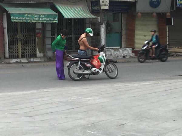 Khách bị vướng tà áo dài vào xích xe, hành động của tài xế GrabBike khiến nhiều người thấy đời vẫn còn dễ thương - Ảnh 2