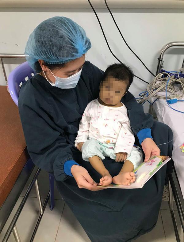 Bé gái nhỏ xíu ở Nam Định hồi sinh nhờ lá gan của bố - Ảnh 1