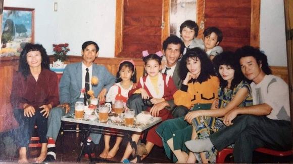 Khoe ảnh con gái cách đây gần 30 năm, mẹ Hà Hồ khen: 'Từ nhỏ mặt cô ấy đã sáng rồi' - Ảnh 1