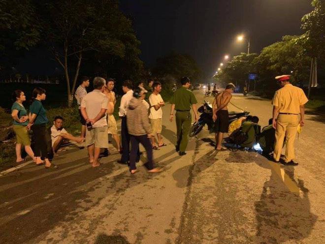 Hà Nội: Nửa đêm phát hiện 2 nạn nhân trọng thương nằm giữa đường, nghi bị ô tô tông trúng rồi bỏ chạy - Ảnh 1
