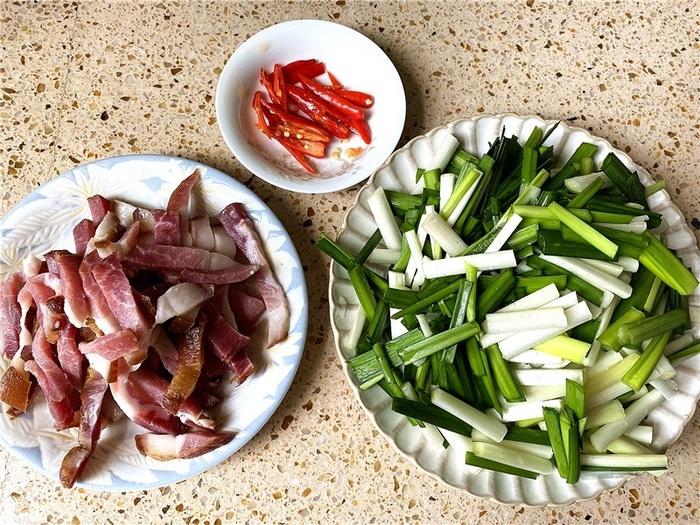 Cách làm thịt hun khói xào tỏi tây thơm ngon lạ miệng - Ảnh 1