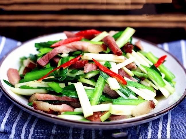 Cách làm thịt hun khói xào tỏi tây thơm ngon lạ miệng - Ảnh 2