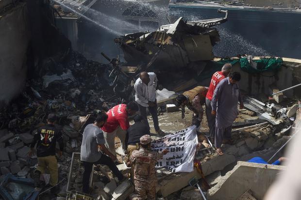 Cập nhật: Có ít nhất 2 người sống sót trong vụ máy bay Pakistan chở hơn 100 hành khách và thành viên phi hành đoàn rơi ở Karachi - Ảnh 1