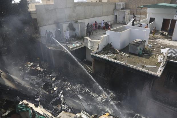 Cập nhật: Có ít nhất 2 người sống sót trong vụ máy bay Pakistan chở hơn 100 hành khách và thành viên phi hành đoàn rơi ở Karachi - Ảnh 2