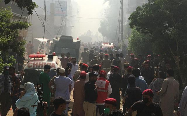 Cập nhật: Có ít nhất 2 người sống sót trong vụ máy bay Pakistan chở hơn 100 hành khách và thành viên phi hành đoàn rơi ở Karachi - Ảnh 4