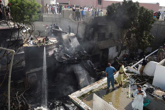 Cập nhật: Có ít nhất 2 người sống sót trong vụ máy bay Pakistan chở hơn 100 hành khách và thành viên phi hành đoàn rơi ở Karachi - Ảnh 3