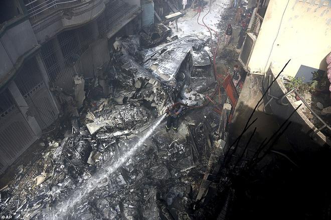 Người đàn ông may mắn thoát chết trong vụ rơi máy bay Pakistan vì lỗi hệ thống đặt vé online - Ảnh 2