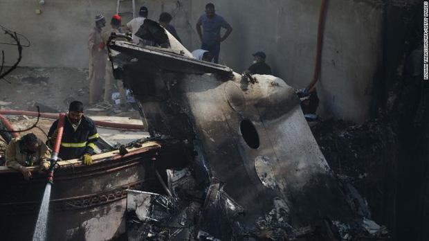 Tiết lộ nội dung cuộc gọi cuối cùng của phi công trước khi máy bay Pakistan chở hơn 100 người lao xuống khu dân cư - Ảnh 2