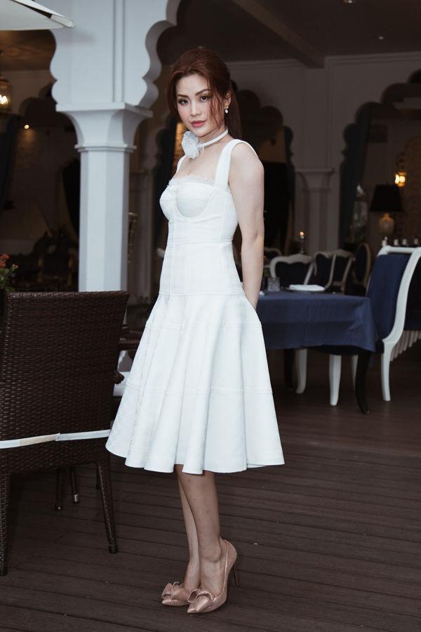 Để không lộ bắp tay 'lực sĩ' như Á hậu Diễm Trang, chị em nên sắm ngay 5 kiểu áo này nhé - Ảnh 1