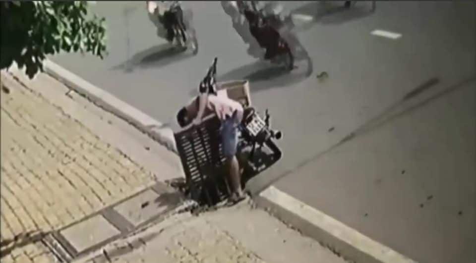 Giữa cái nắng nóng gay gắt, người đàn ông dừng xe bên nắp cống để làm hành động khó hiểu khiến nhiều người phải lắc đầu ngao ngán - Ảnh 1