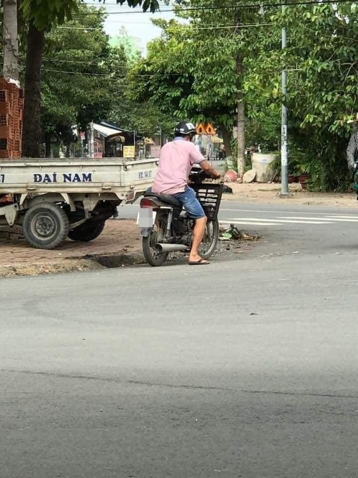 Giữa cái nắng nóng gay gắt, người đàn ông dừng xe bên nắp cống để làm hành động khó hiểu khiến nhiều người phải lắc đầu ngao ngán - Ảnh 2