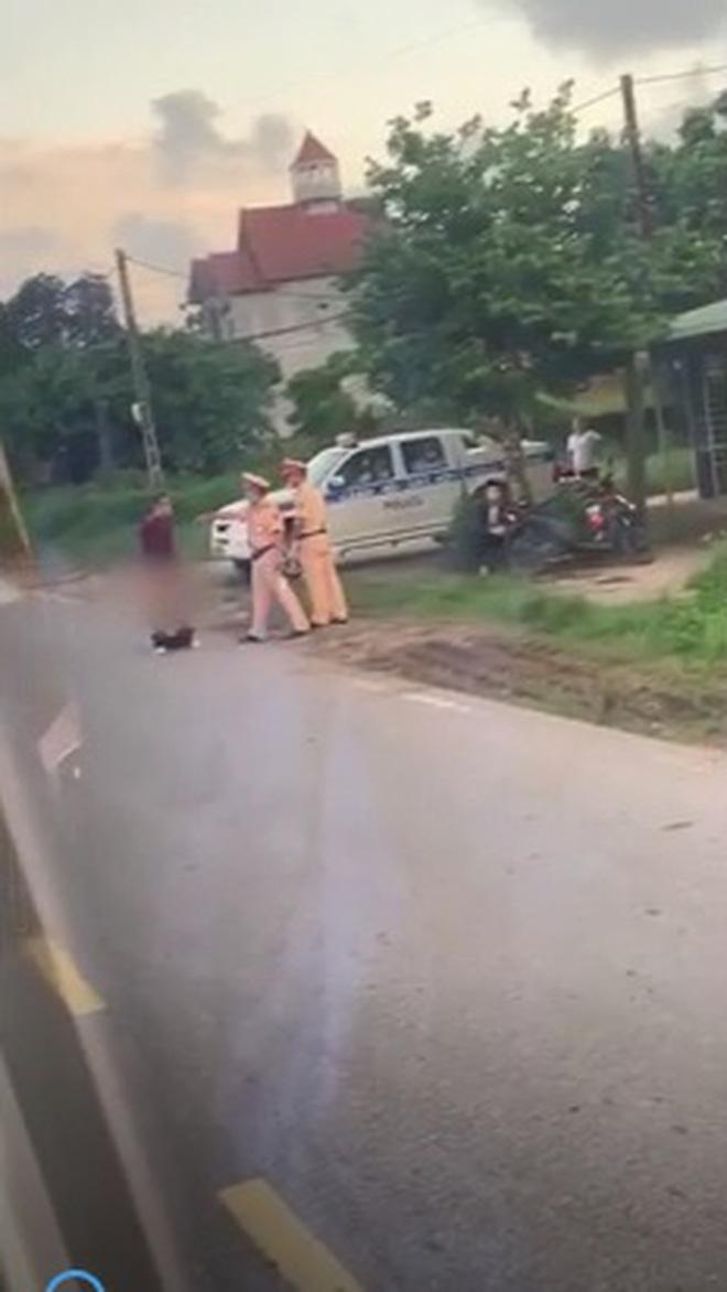 Người đàn ông cởi quần ăn vạ giữa đường rồi lời qua tiếng lại với CSGT - Ảnh 1