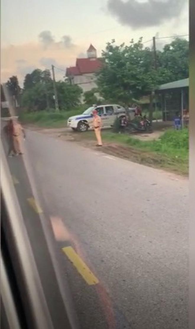 Người đàn ông cởi quần ăn vạ giữa đường rồi lời qua tiếng lại với CSGT - Ảnh 3