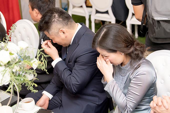 Bố mẹ Tú Anh bưng mặt khóc khi gả con gái - Ảnh 9