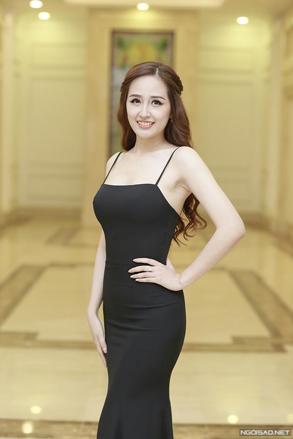 Mai Phương Thuý mặc váy dây khoe vòng 1 'nhức mắt' tại đám cưới Tú Anh - Ảnh 2