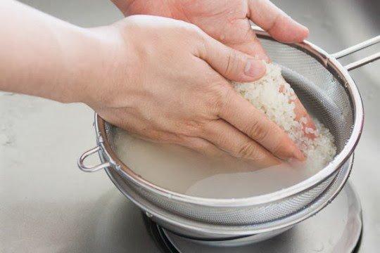 Khi nấu cơm, chỉ cần thêm 2 thứ này đảm bảo cơm ngon, dẻo mà không bị dính - Ảnh 1