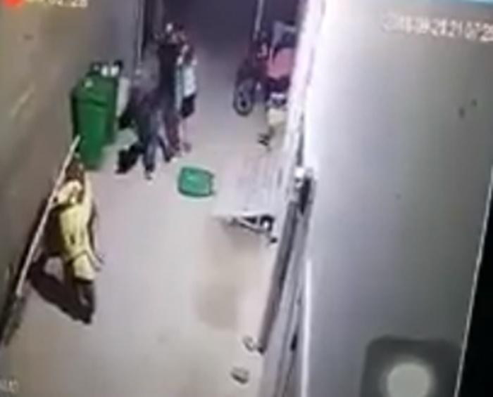 Clip cô gái bị bạn trai đấm, đá túi bụi khiến cộng đồng mạng bức xúc - Ảnh 1