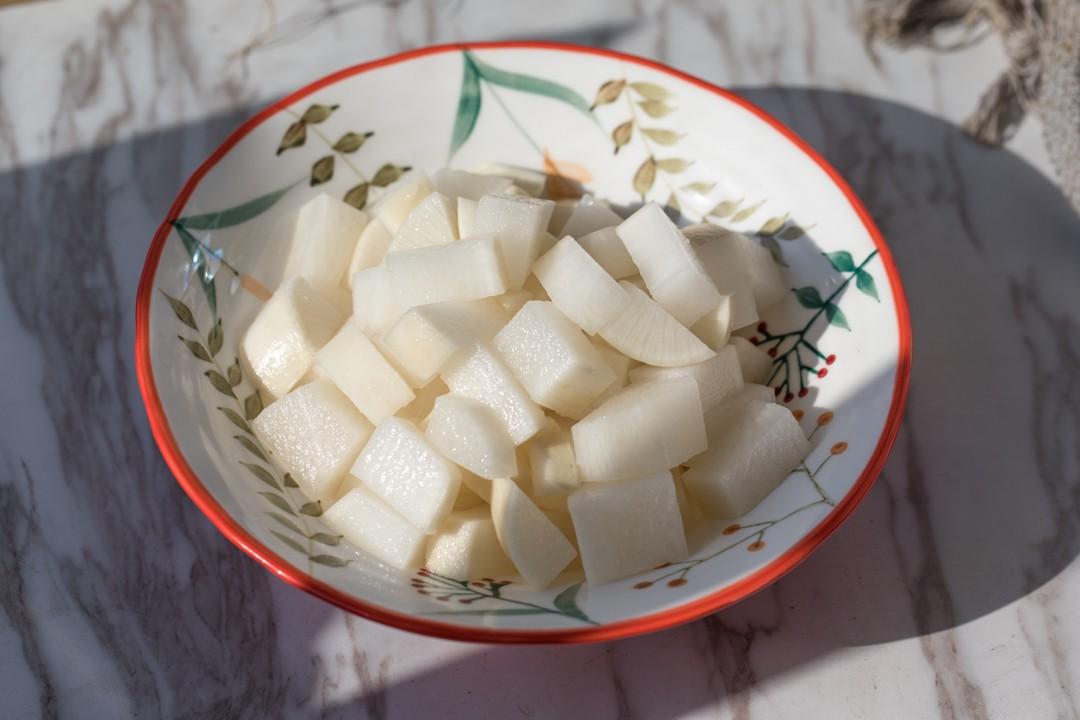 Mùa đông nhà tôi luôn có món củ cải ngâm làm món ăn kèm, chua giòn ngon hết nấc - Ảnh 1