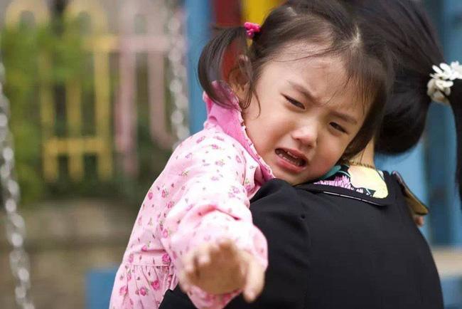 Mẹ gửi con đến trường mẫu giáo kèm theo 2 tờ yêu cầu dài dằng dặc, cô giáo đọc xong liền đáp trả khiến người mẹ sững sờ - Ảnh 2