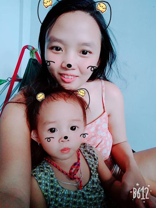 Hình ảnh bé gái vừa tròn tuổi tha thẩn chơi một mình khi mẹ chăm em khiến trái tim những mẹ đông con nhói đau - Ảnh 2