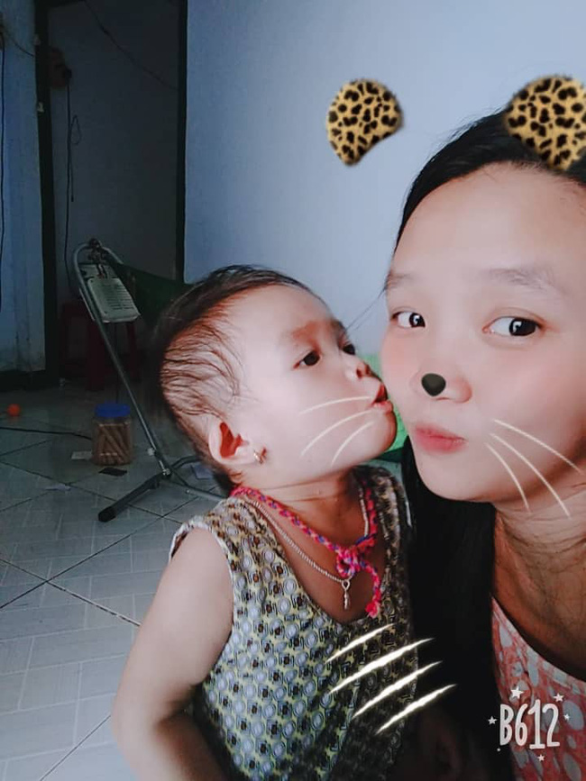 Hình ảnh bé gái vừa tròn tuổi tha thẩn chơi một mình khi mẹ chăm em khiến trái tim những mẹ đông con nhói đau - Ảnh 3