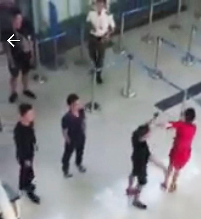 Nữ nhân viên Vietjet bị 3 thanh niên đánh vì từ chối chụp 'selfie' - Ảnh 1