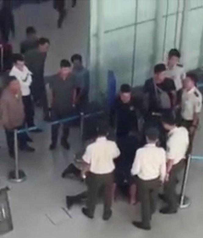 Nữ nhân viên Vietjet bị 3 thanh niên đánh vì từ chối chụp 'selfie' - Ảnh 2